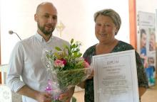 Bitte Sahlström, årets läsombud, tar emot blommor från David Södergren-Medin, MTM. Foto: MTM