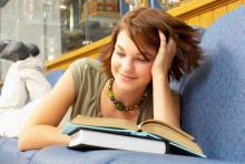 Flicka ligger och läser