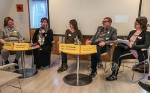 På bilden, fem personer som sitter i en panel.
