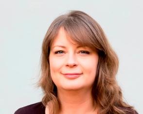 Victoria Sjöström, Bilden visar en kvinna i halvlångt cendréfärgat hår mot en grå bakgrund.